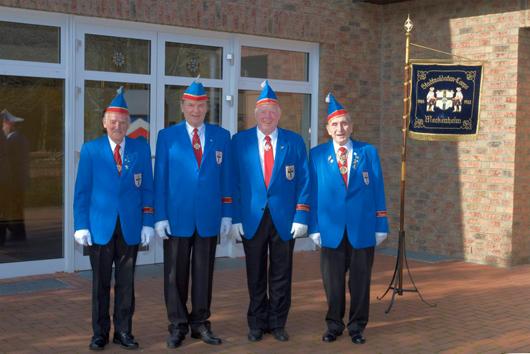 """EhemaligeAngehörige des uniformierten Corps, die den blau-rot-weißen Rock an den oft zitierten Nagel gehängt haben, können sich auf eigenen Wunschdem """"Reservistencorps"""" anschließen. Die """"Reservisten"""" sind in alle Aktivitäten des Corps eingebunden, sie nehmen an den auswärtigen Auftritten teil und halten somit den Kontakt zum aktiven Corps."""
